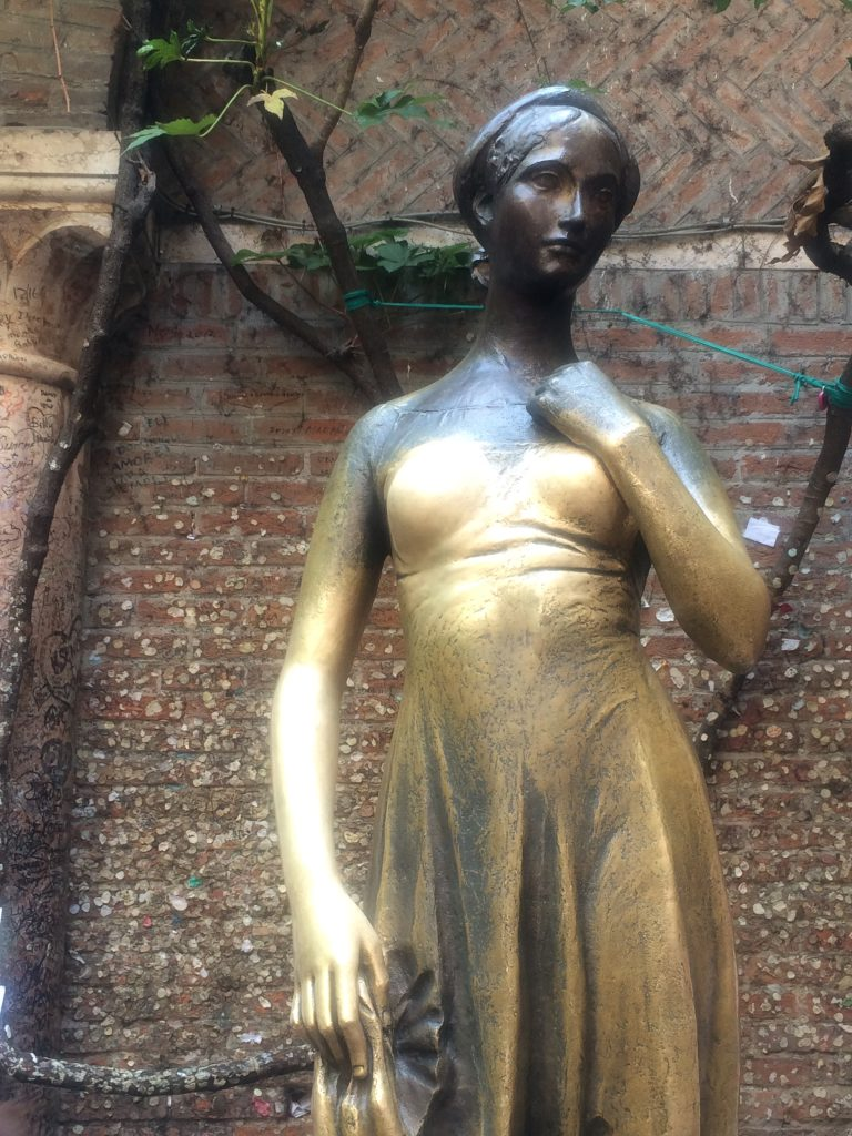 bronzen-beeld-juliet-verona-your-italian-travel-guide