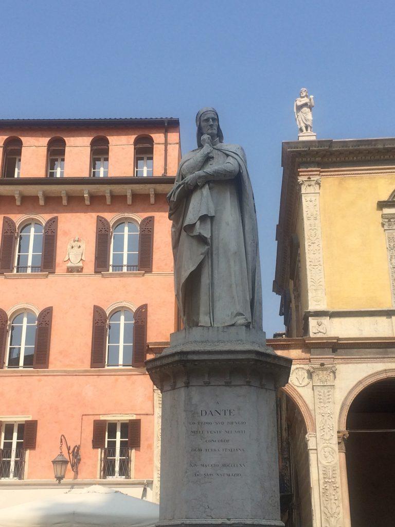 piazza-dei-signori-dante-alighieri-verona-your-italian-travel-guide